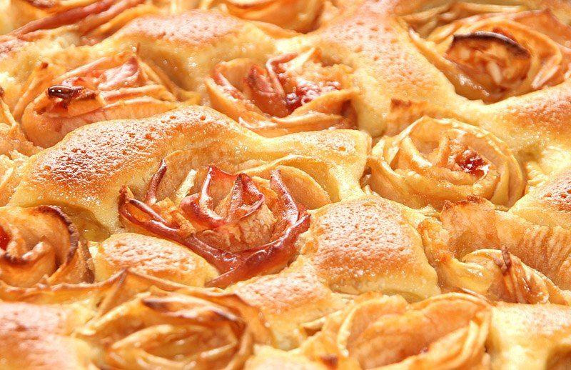 Шарлотка с яблоками из слоеного теста рецепт с фото пошагово