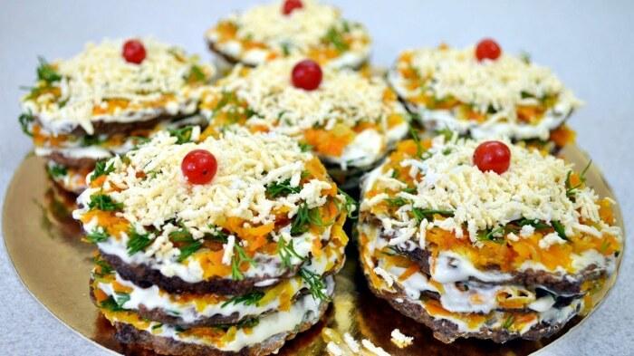 Лёгкий, воздушный и невероятно вкусный печёночный тортик.  Фото: zakuskidoma.ru.