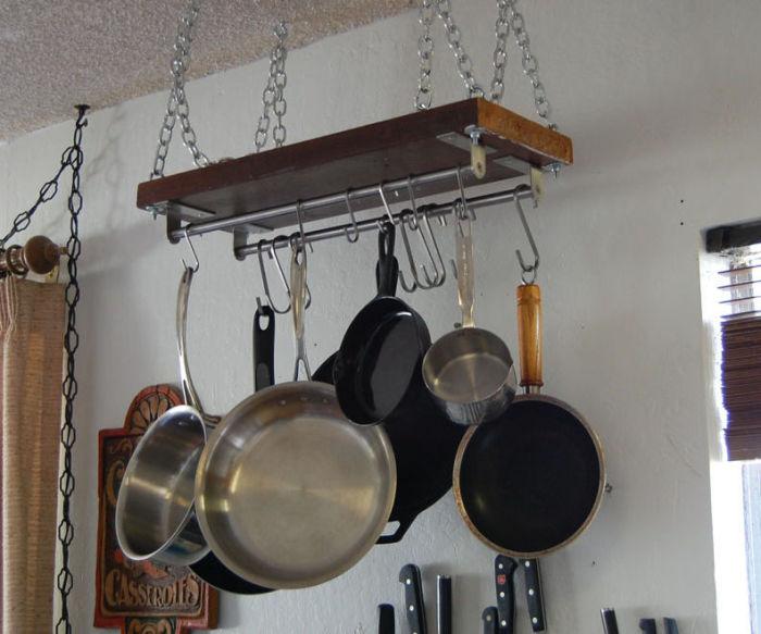 Полка для большой кухонной посуды.