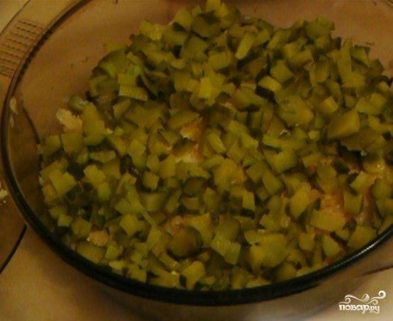 Салат с печенью и огурцом соленым слоями