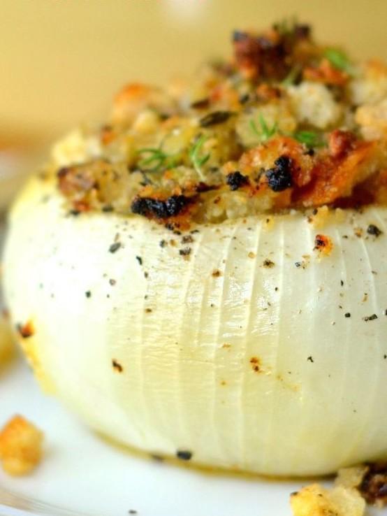 Овощи в луковице - пассеровать любимые овощи, удалить из лука сердцевину, посыпать сверху сыром, запечь интересное, кухня, лук, рецепты, факты