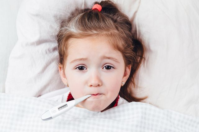Скорая может не успеть. Почему нельзя насильно снижать ребенку температуру