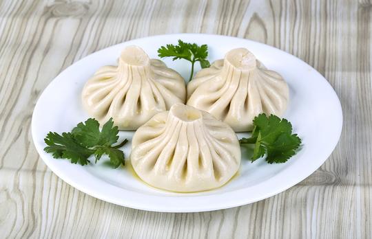 Традиционный рецепт хинкали можно разнообразить, используя разные виды теста и мяса