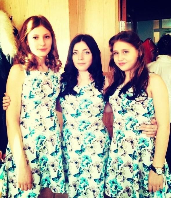 Девушки в одном и том же платье 13 фото