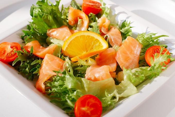 Салат с семгой. Салат со слабосоленый лососем