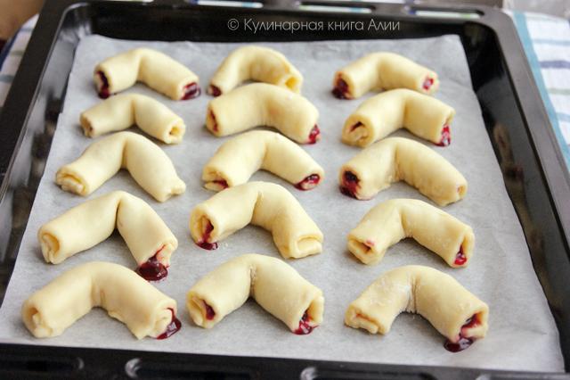 Кифлики – вкусные и простые в приготовлении трубочки в сахарной пудре и сладкой начинкой