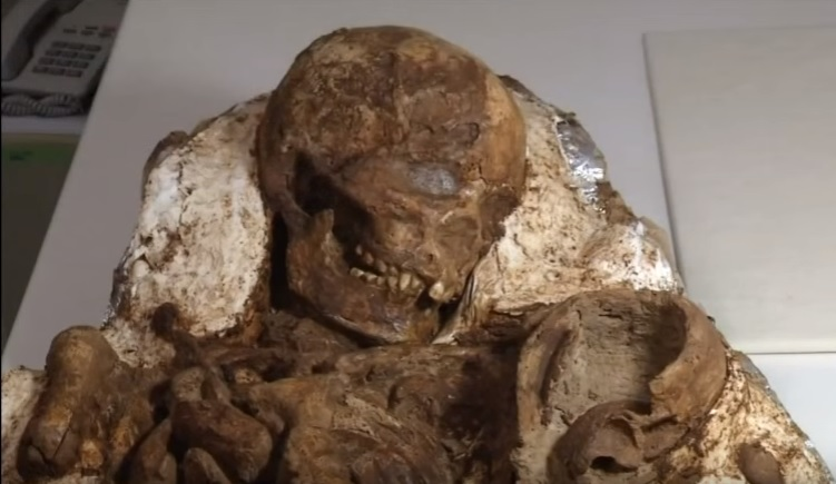 Почти 5000 лет мать обнимала своего ребенка и смотрела на него, склонив голову