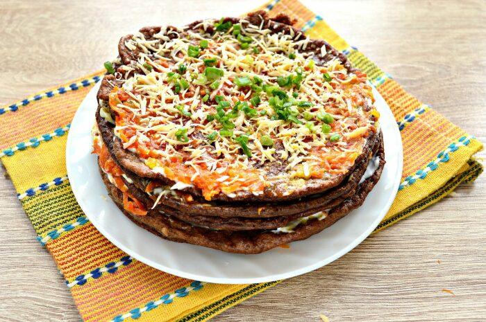 Печёночный торт с блинчиками.  Фото: photorecept.ru.