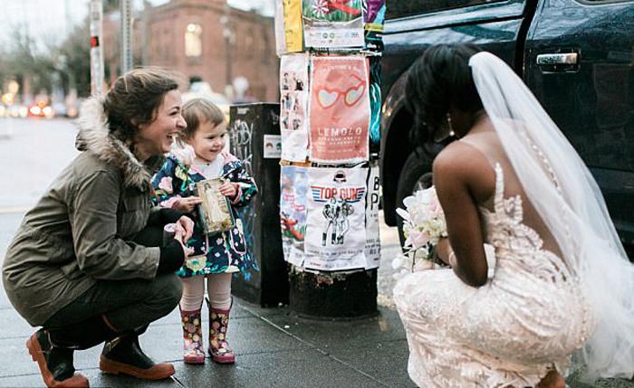 Когда сказка становится былью: маленькая девочка приняла невесту за волшебную принцессу