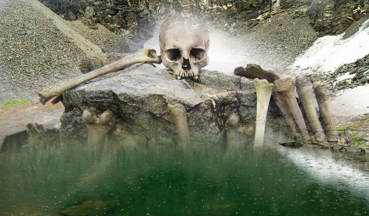 Скелеты на озере Роопкунд местными жителями раскладываются по кучам