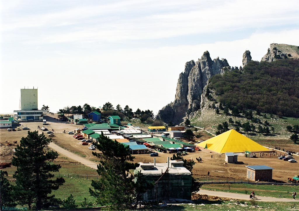 «Это наш Крым и наша гора. Мы первые сюда пришли, открыли эту гору для туристов и никуда не уйдем»: На Ай-Петри начался снос шалманов
