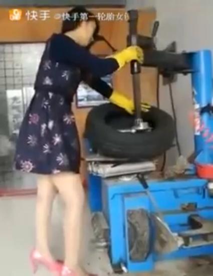 Шиномонтаж от девушки в платье