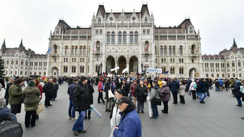 Неугодный не только Макрон, в Венгрии массовый несанкционированный митинг