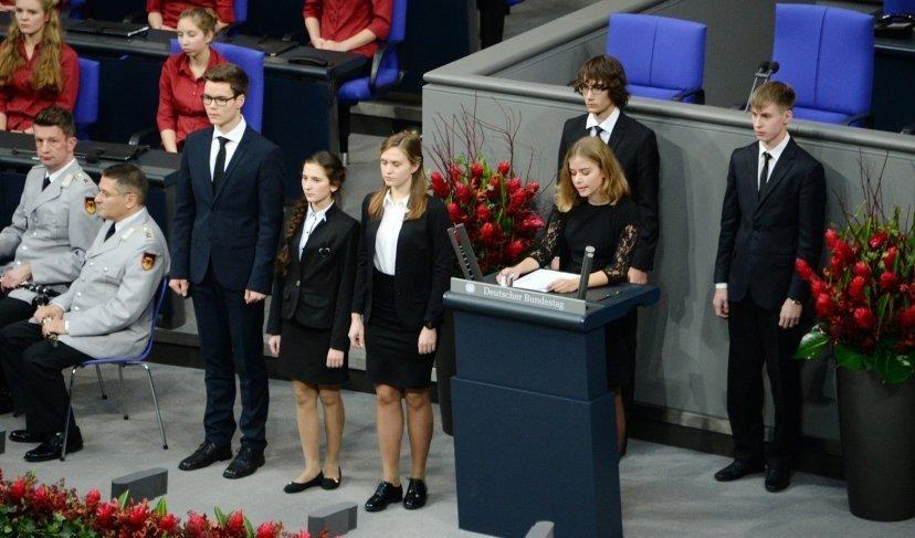«Можно найти и плюсы»: психолог о скандале вокруг выступившего в Бундестаге подростка