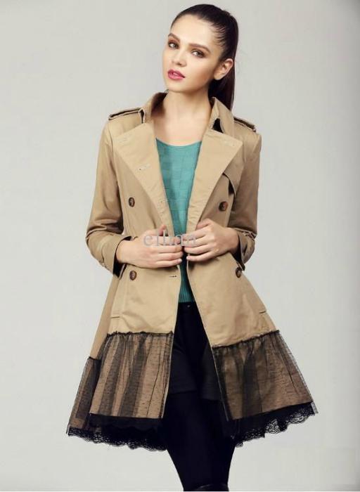 Пальто, декорированное кружевом.