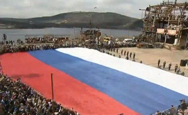 «Ночные волки» привезли в Крым самый большой российский флаг