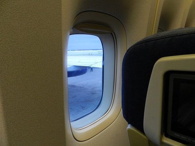 Зачем при посадке и взлете шторки иллюминаторов должны быть открыты