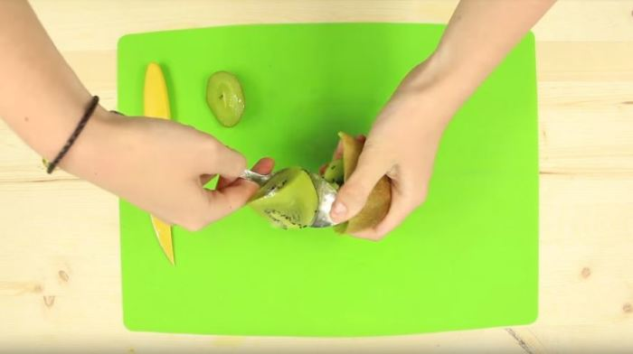 Как почистить фрукты, не испачкав руки