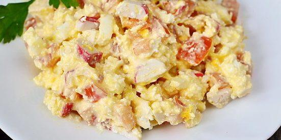 Салаты без майонеза: Салат с крабовыми палочками, творогом, помидорами и яйцами