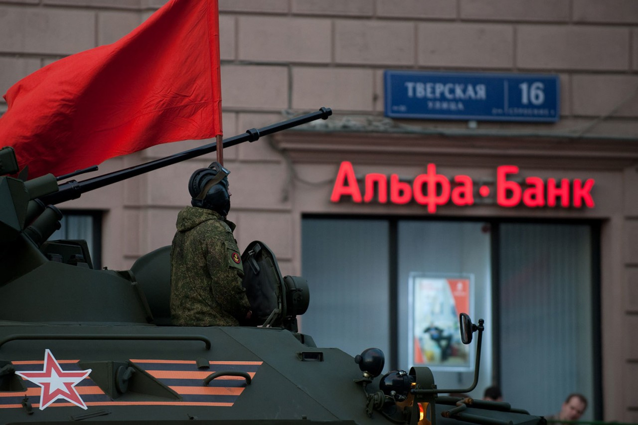 Альфа-банк не будет обслуживать российские оборонные предприятия из-за санкций