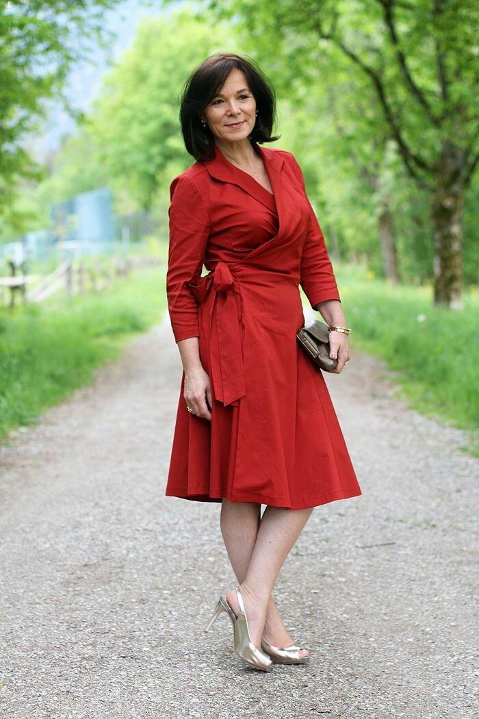 Женщина в красном платье с запахом. /Фото: i.pinimg.com