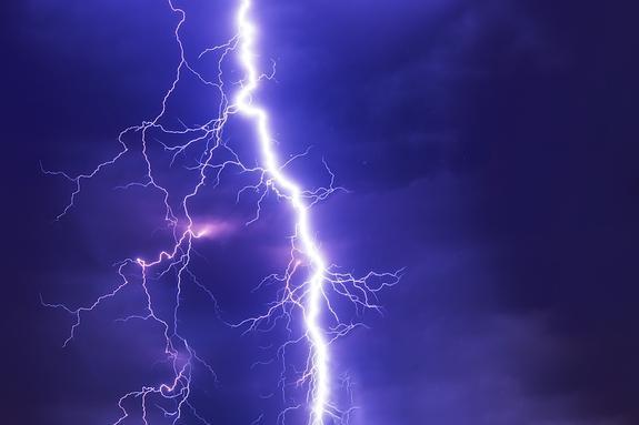 Почти 40 школьников пострадали при ударе молнии в Танзании