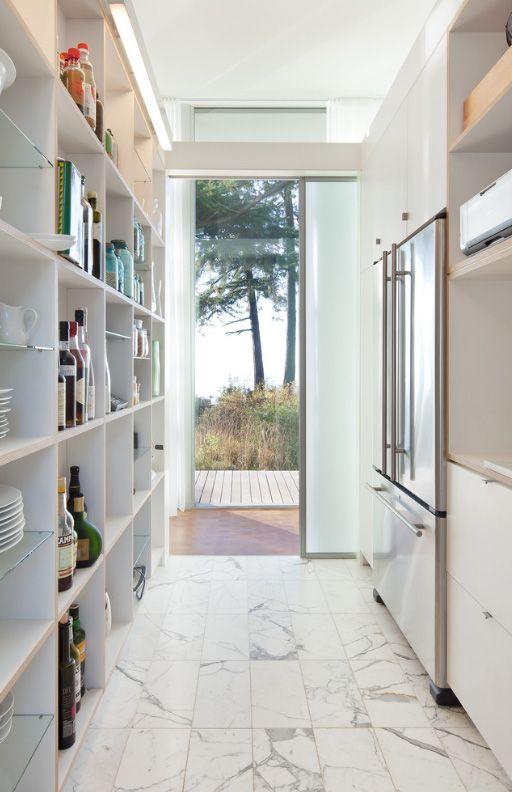 Кухня в коридоре загородного дома может стать выходом на террасу с обеденными столиками