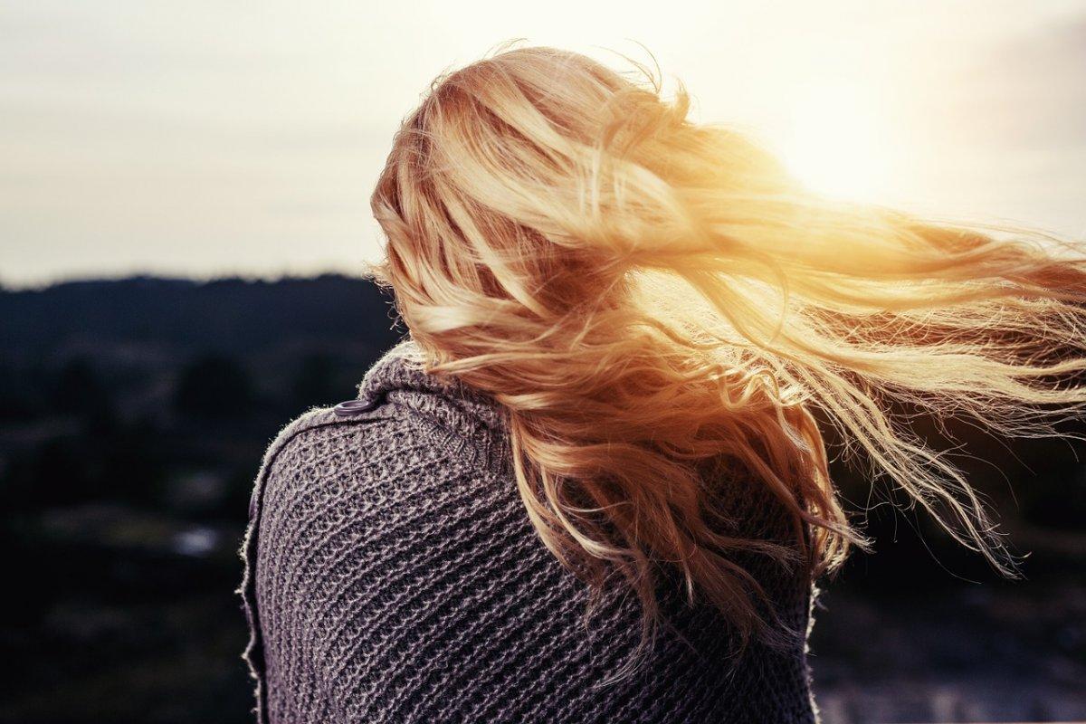 Солнце пробивается сквозь волосы