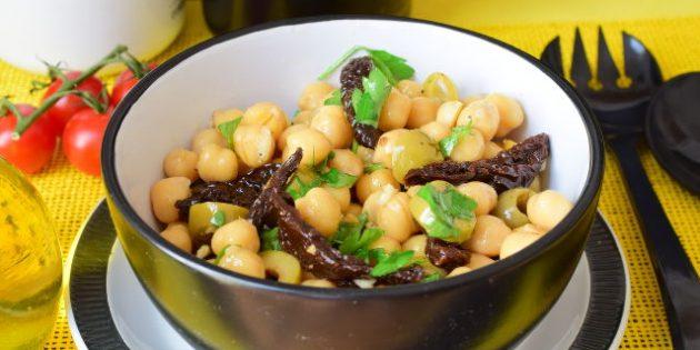 Салаты без майонеза: Салат с нутом, оливками и вялеными томатами