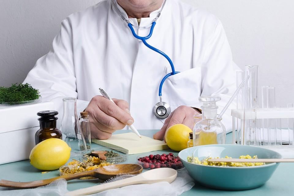 В наше время к «тьме неученья» в области медицины добавляется интернет, где каждый, даже самый малограмотный гражданин, может публиковать рецепты снадобий, объявляя их панацеей.