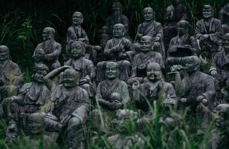 Парк статуй расположен в Осавано, префектура Тояма. Более 800 каменных статуй представляют собой буддийских божеств и приближенных основателя парка. парк, статуя, япония