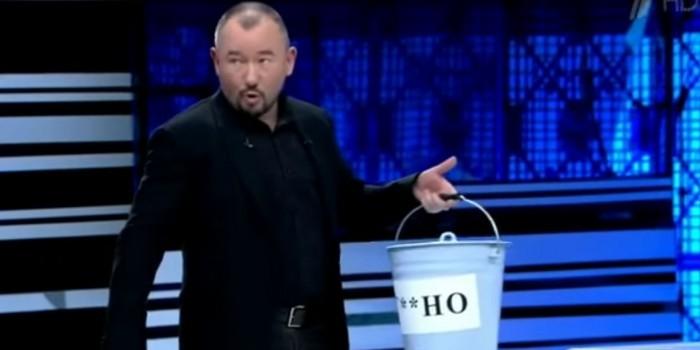 Гостю Первого канала предложили съесть ведро говна из-за фейкового твита