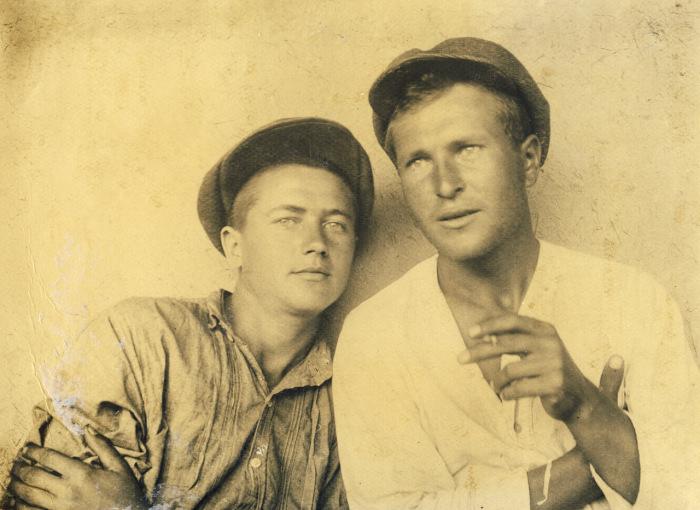 Приятели курящие папиросы.