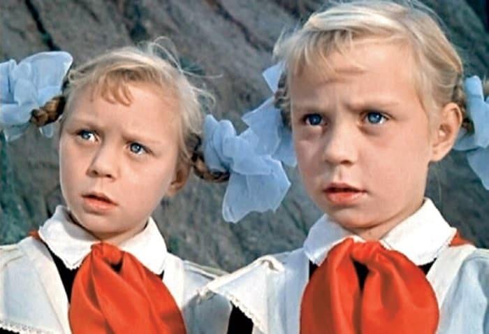 Ольга и Татьяна Юкины в фильме *Королевство кривых зеркал*, 1963   Фото: kinodag.ru