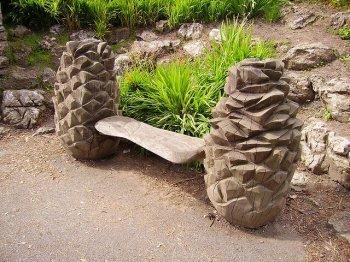Скамейка в саду как элемент ландшафтного дизайна