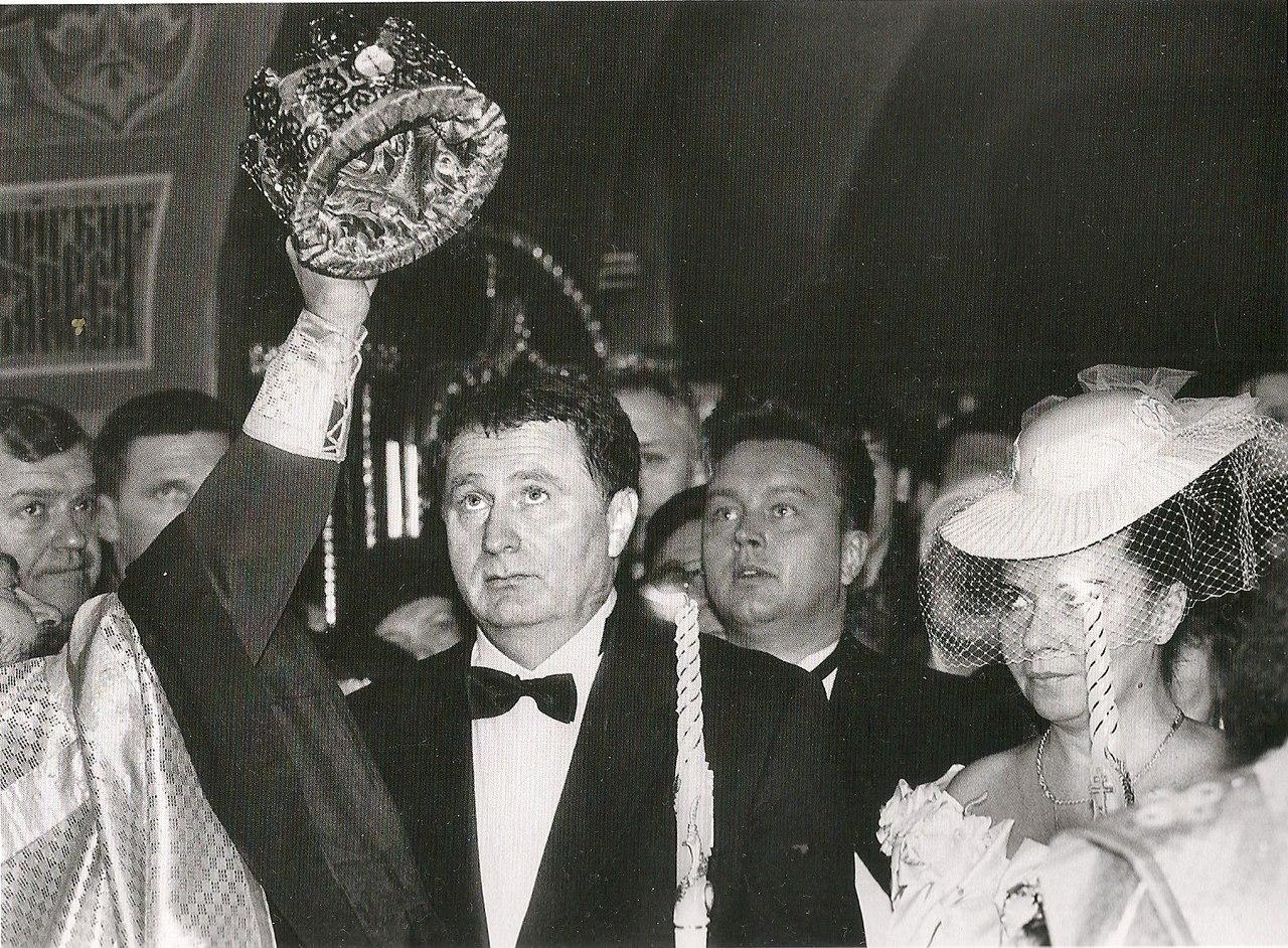 В преддверии президентских выборов и через 25 лет после гражданского бракосочетания Владимир Жириновский венчается со своей женой Галиной. Февраль 1996.