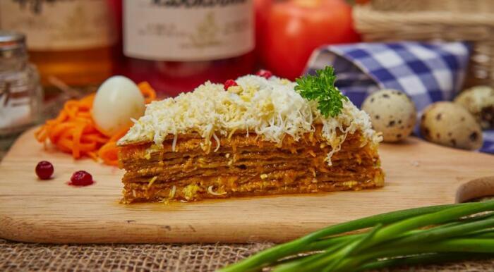 Сытный и очень вкусный печёночный торт.  Фото: boned.ru.