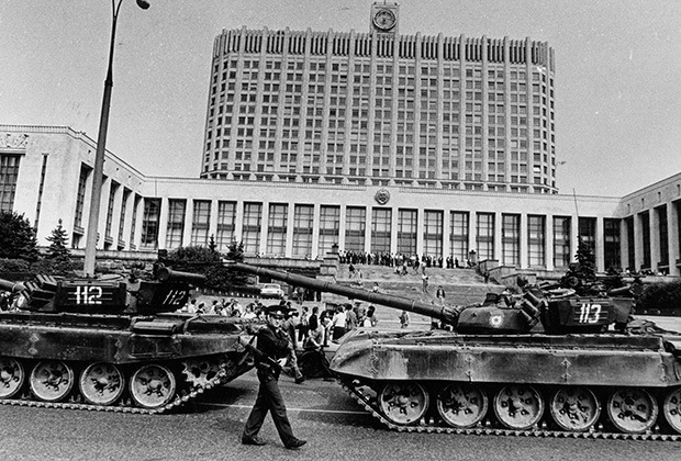 Колонна военной техники перед зданием Верховного Совета РСФСР