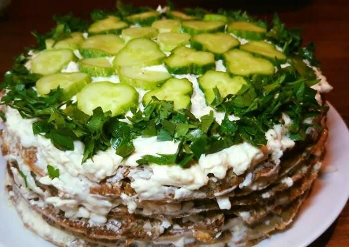 Печёночный торт с огурцом.  Фото: cookpad.com.
