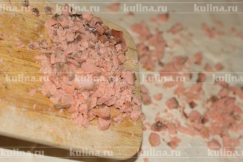 Рыбу мелко нарезать и выложить на сыр.