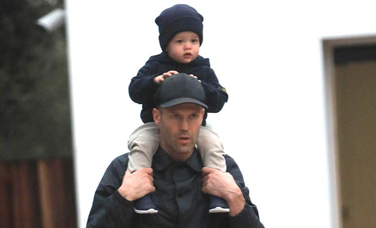 Полный форсаж: Джейсон Стэтхэм учит сына кататься на самокате