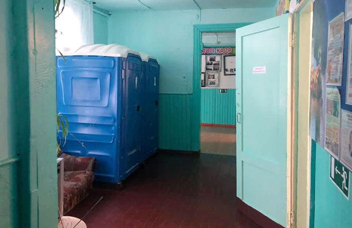 В школе Красноярского края поставили биотуалеты, но запретили ими пользоваться