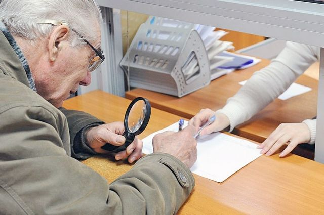 Приставы снимут арест со счета пенсионера, просившего купить ему гроб