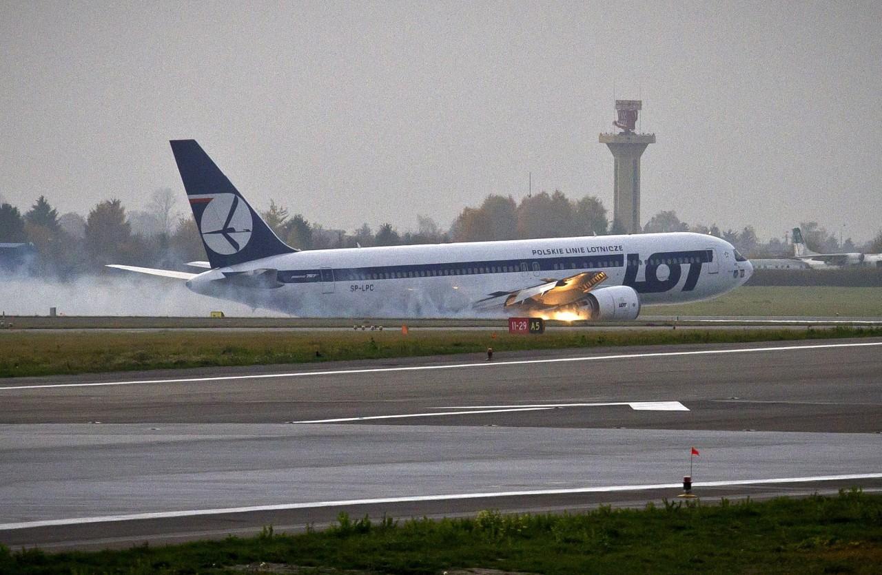 ТОП-4 нелепые причины экстренных посадок самолетов и отмены рейсов на реальных примерах