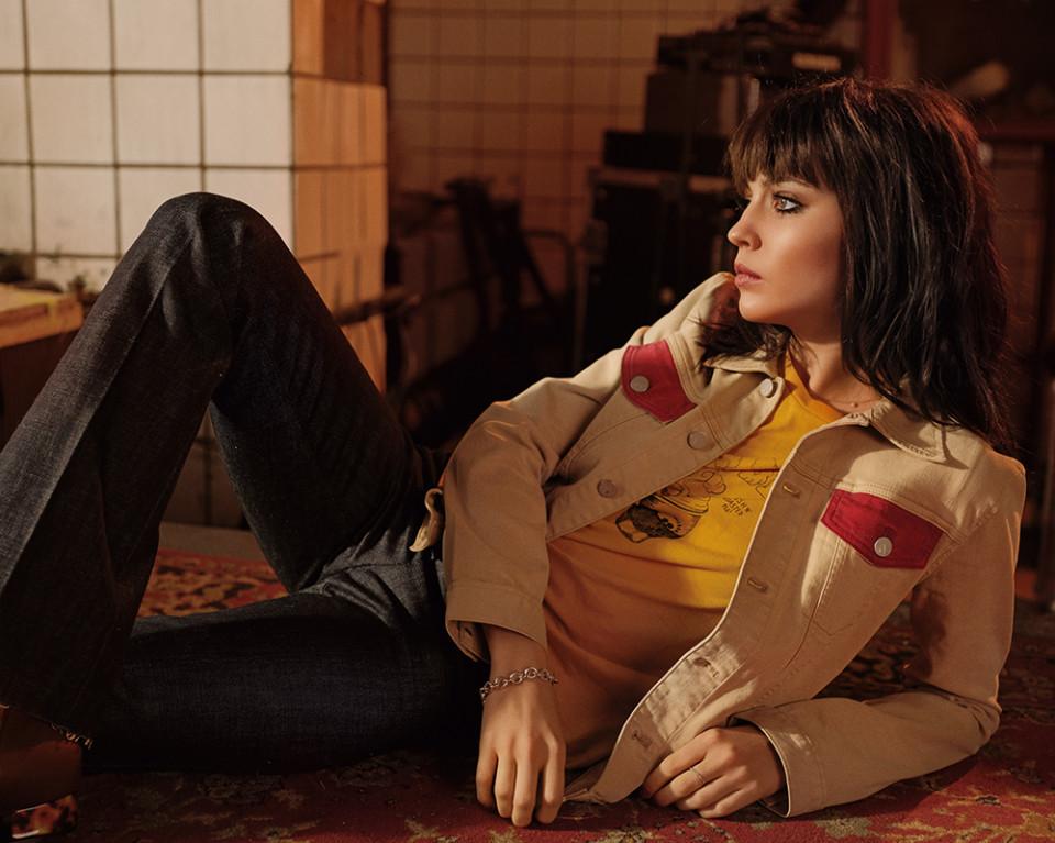 Звезда триллера «Селфи» Юлия Хлынина примеряет образы Джейн Биркин и Софи Марсо