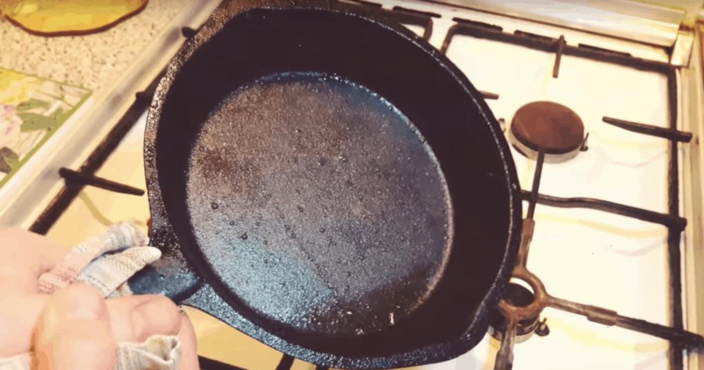 На чугунной сковороде все прилипает? Простейший способ, который избавит от мучений