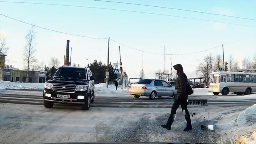 Land Cruiser устроил аварию и сбил пешехода