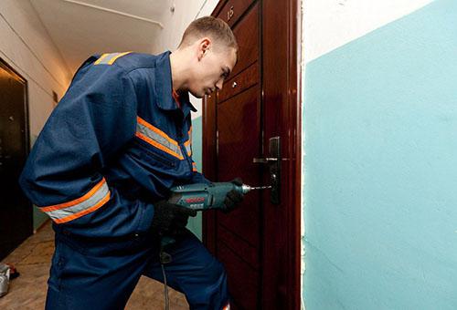 Специалист МЧС вскрывает дверь