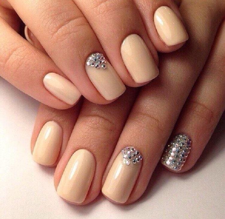 Дизайн коротких ногтей со стразами шеллак