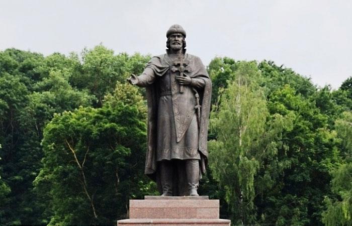 Памятник князю Владимиру в Смоленске.